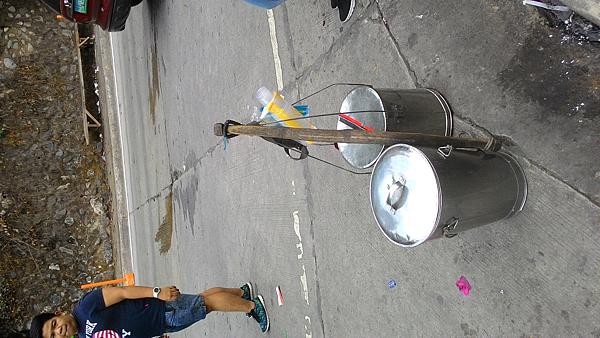 兩桶豆花在路邊.png