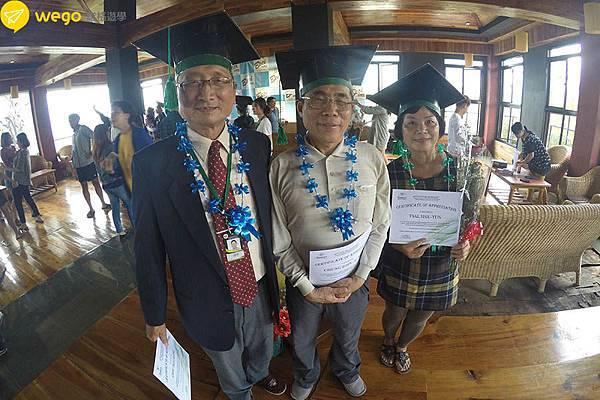 66歲媽媽菲律賓遊學去-畢業典禮團照.JPG