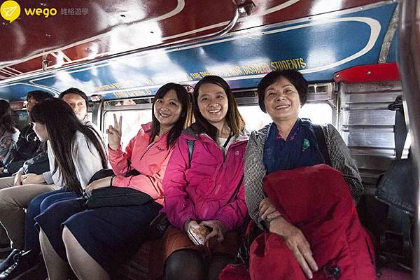 66歲媽媽菲律賓遊學去-搭乘當地公車Jeepney.jpg