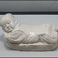42北宋 定窯 白瓷嬰兒枕 12世紀.jpg