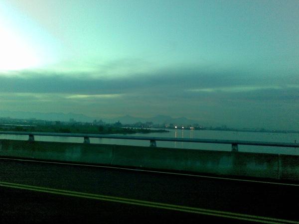 漁光大橋所見中央山脈