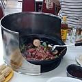 肉也加下去了,但只能炒半熟喔
