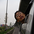 宜蘭-Bobby 頭被車窗夾住了