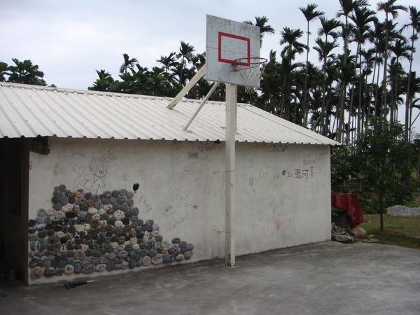 餐廳旁的籃球場和石牆