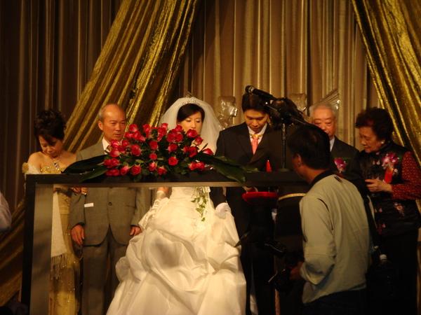 台前的新人和主婚人