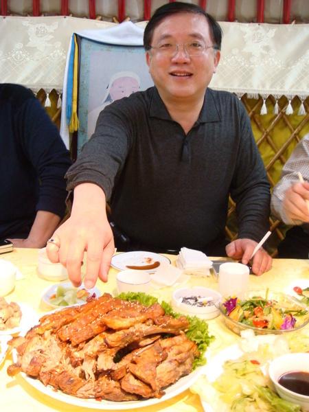 蒙古包晚宴-老師要動手啦!好吃的烤羊排 >///<
