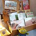 20110626 明信片和三眼怪,照得反光了啦好難過...