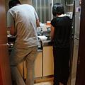 女孩們(?!)洗菜切菜中
