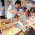 20110724 羅老闆跟正咩兜售商品