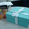 據說整場婚禮走的都是 Tiffany 風,喜餅盒子好好看!