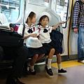 電車上的好可愛國小妹妹