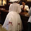 迪士尼的客服櫃台前...有人穿成這樣