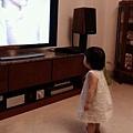 明明才剛學會走路...一看到廣告就會這樣登登登的跑到電視前面定住...XD