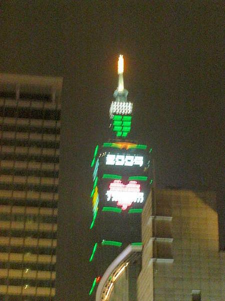 回到台北信義區看到101的紅色愛台灣