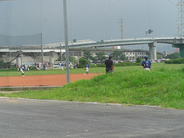 在高架橋下的野球部練習,超級像日本漫畫的說~~H2ˇˇˇ
