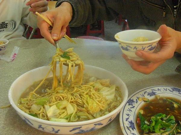 別桌不小心上後來被我們盯上又再叫的好吃炒麵