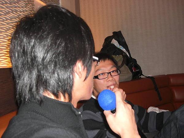 回來台北決定要唱歌!!辛苦的跑到了松山或車站的好樂迪!!
