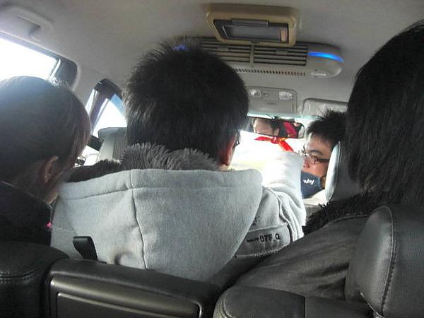 繼續便宜計程車之旅回台北市政府,六人休旅真是寬敞多了