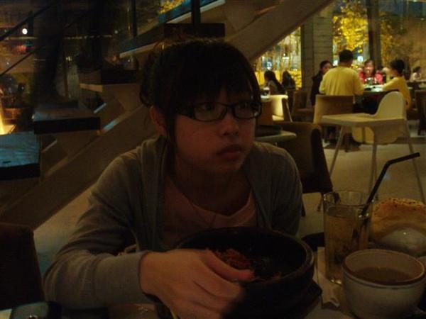 小芸正在吃東西