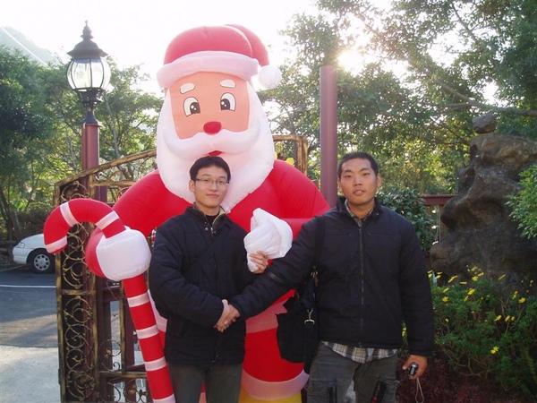 青境花墅-我與Q和入口旁的聖誕老人合照
