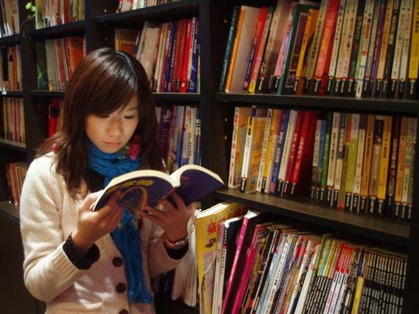 青境花墅-認真的看書