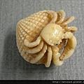 C0152_象牙果根付_貝殼上的螃蟹
