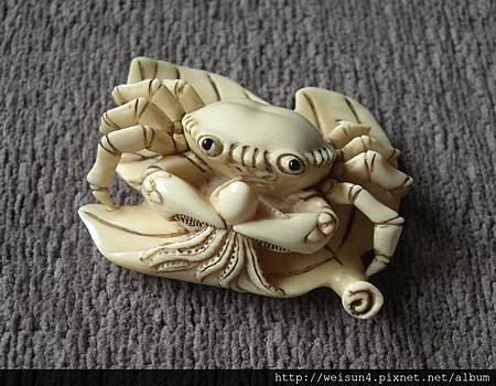 C0292_根付_螃蟹吃章魚(佐川)
