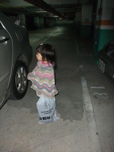準備上車,穿斗蓬回去給阿嬤看