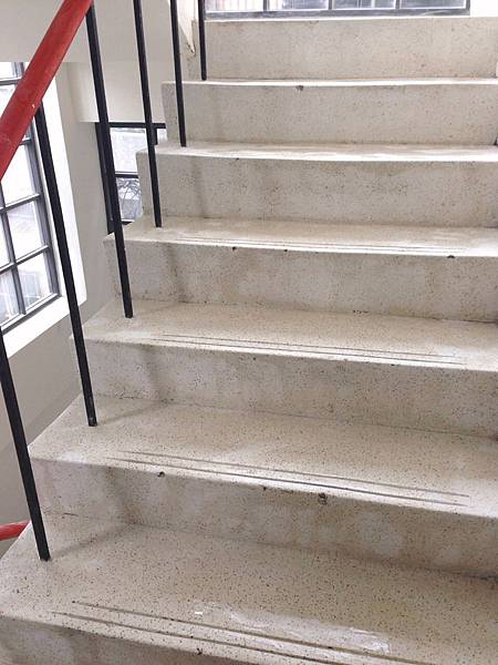 乾淨的舊樓梯.jpg