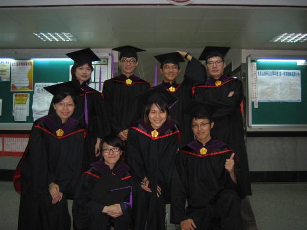 一群沒打算今年畢業的畢業生