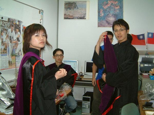 這是第二次穿碩士服拍照了(笑)