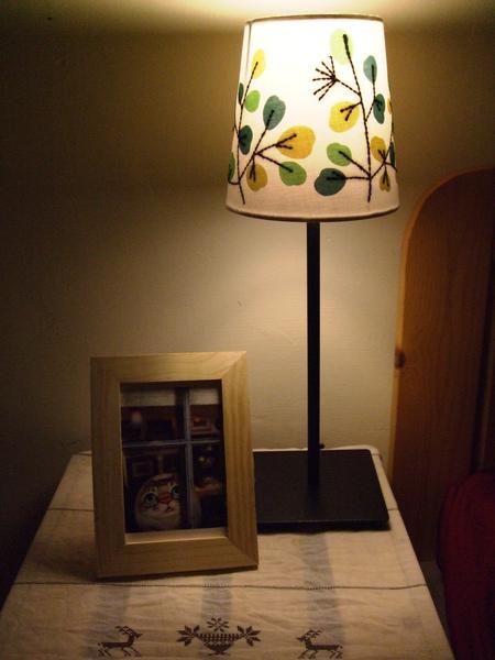ikea桌燈+小相框+組合櫃.JPG