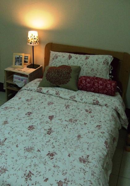 新買的ikea腰墊配本來的床組.JPG