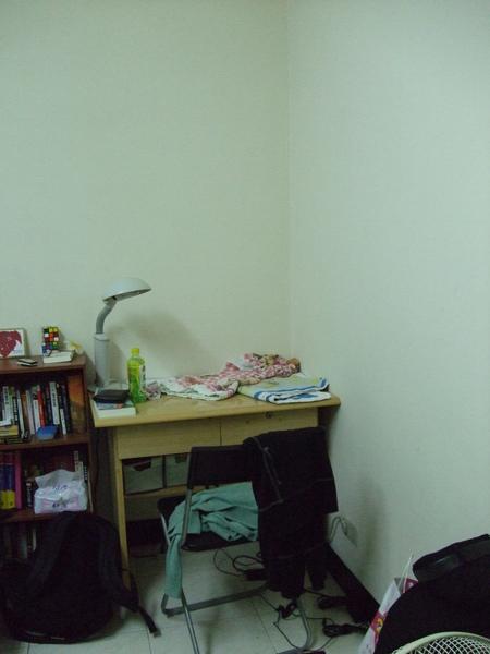 名為書桌 實為貓大爺的床.JPG