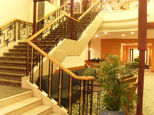 古典又大氣的樓梯.JPG