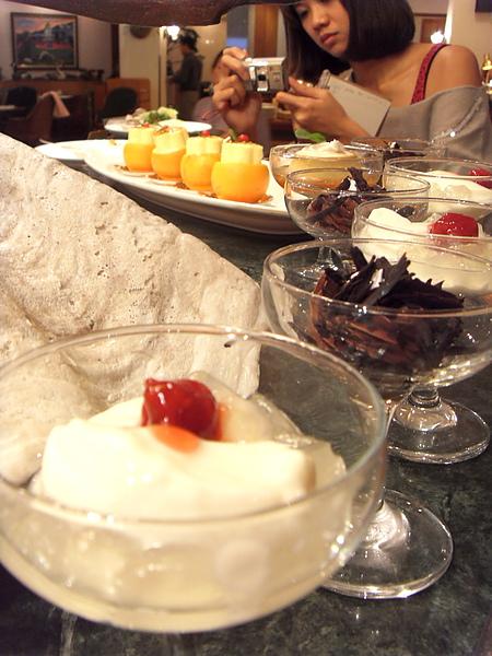 美女安妮+甜點.JPG