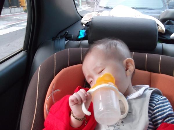 1Y6M26D 拿著水杯睡著了.JPG