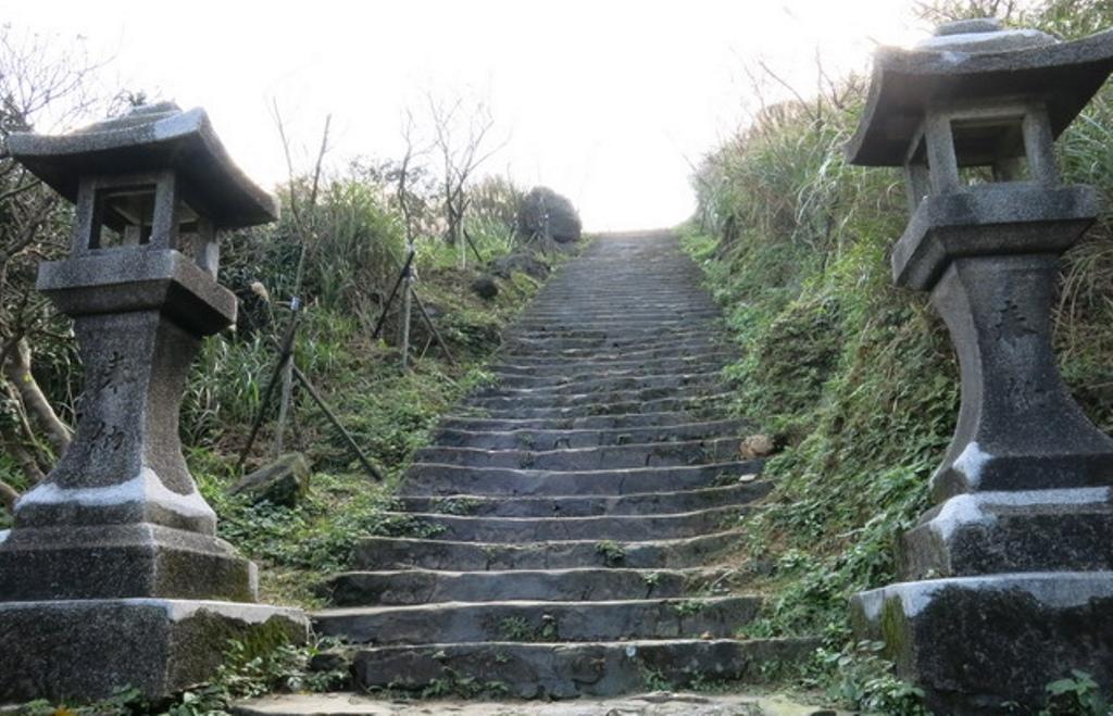 金瓜石神社2-參道石燈籠.jpg