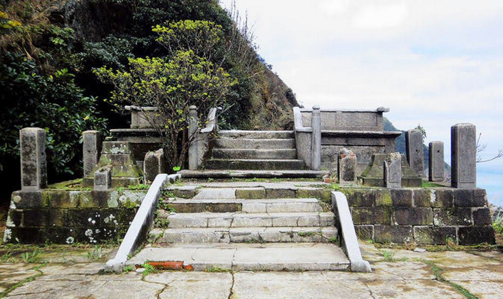 金瓜石神社5-本殿玉桓.jpg