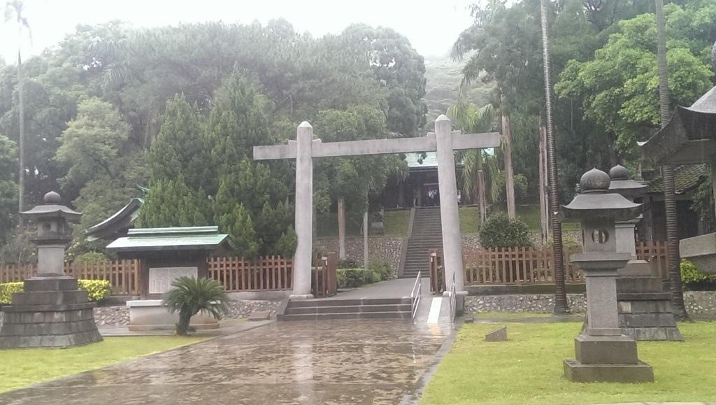 桃園神社-鳥居石燈籠.jpg