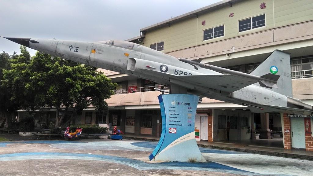 白雲國小-F5E戰鬥機實體.jpg