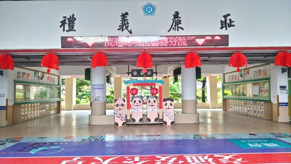 大橋國小-穿堂佈置.jpg