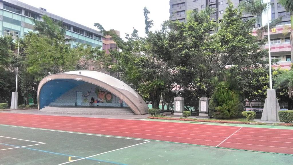 大同國小-典禮臺及雙銅像.jpg