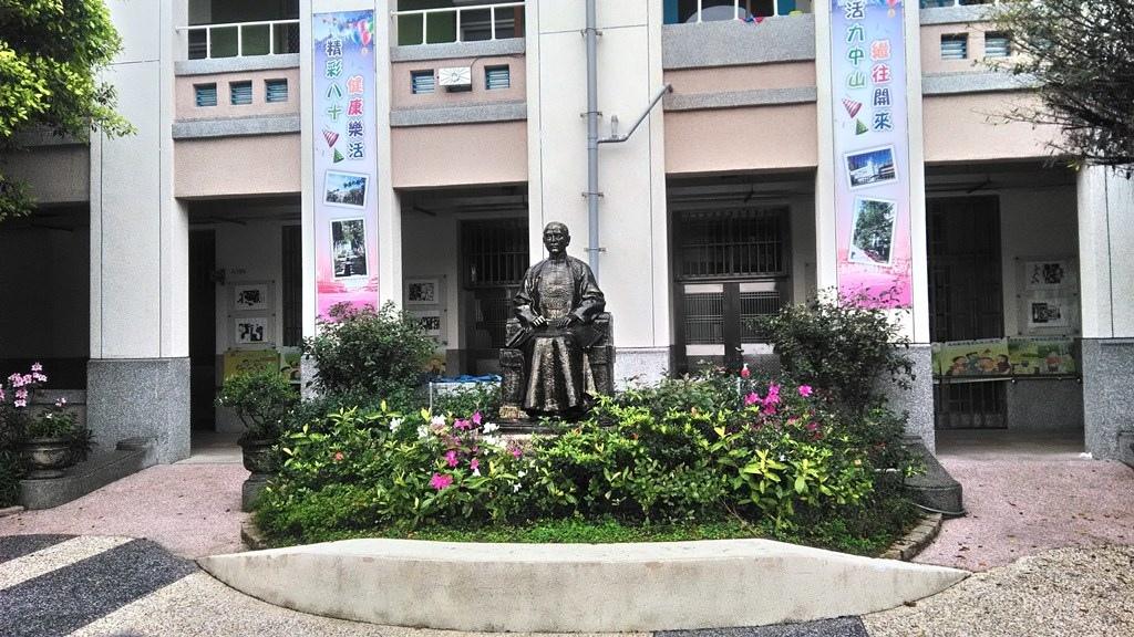 中山國小-國父塑像.jpg