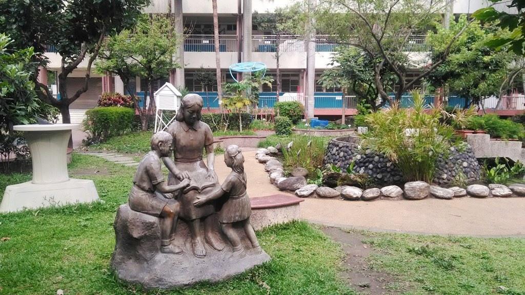 石牌國小-日晷雕像及水池.jpg