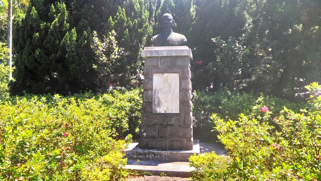 湖山國小-蔣公銅像1976.jpg