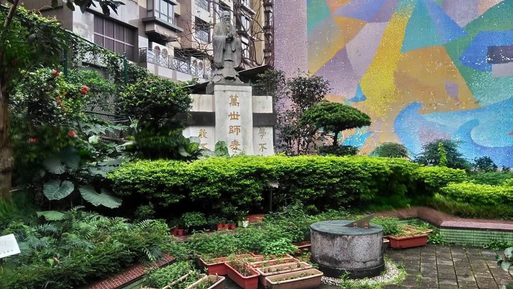 西松國小-孔子塑像與日晷.jpg
