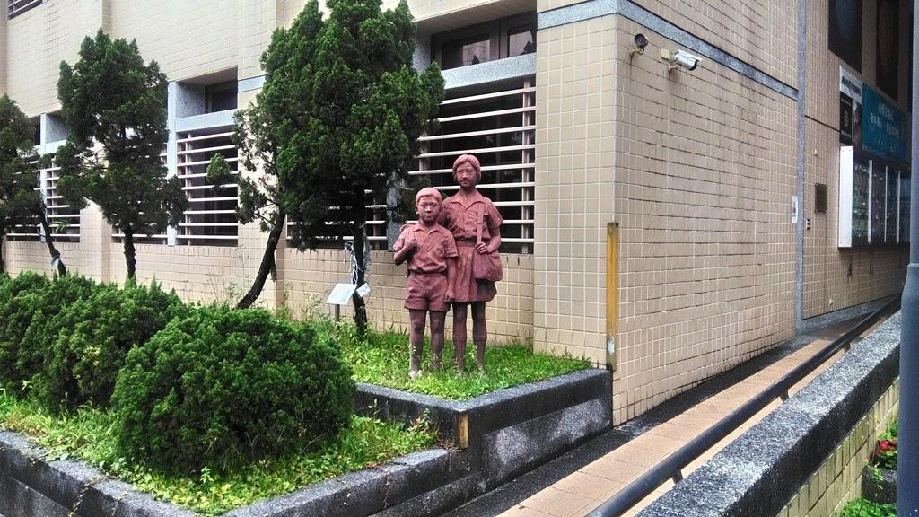 南港國小-學童塑像.jpg
