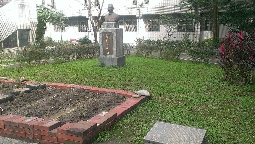 瑞芳國小-李建和雕像.jpg