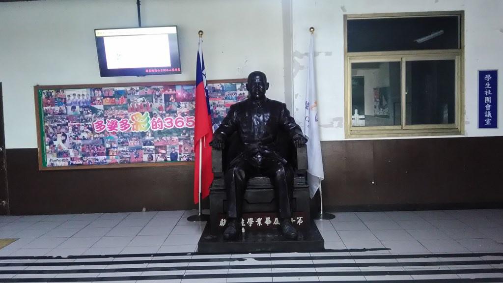 經國管理學院-畢業生捐贈國父銅像.jpg